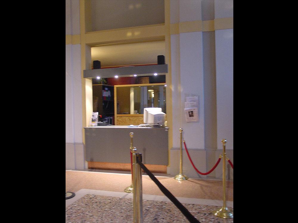 Vista della biglietteria dal foyer