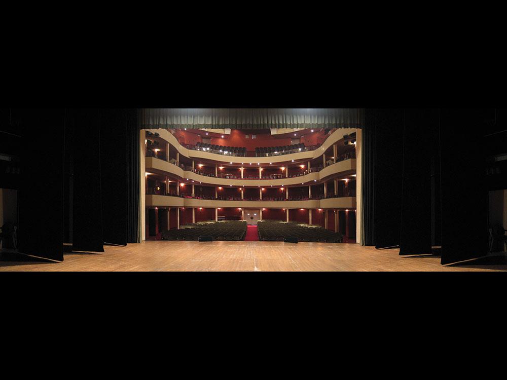 Vista dell'interno del Teatro Salieri dal palcoscenico